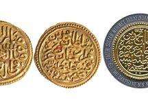 OSMANLI ☾☆TÜRKİYE CUMHURİYETİ ☾☆PARALARI☾☆ / Tarihteki ilk madeni para basımının M.Ö VII. Yüzyılda Anadolu'da Lidyalı'lar tarafından yapıldığı bilinmektedir. Tarihteki ilk madeni para olma özelliği taşıyan Lidya parası, darp suretiyle basılmıştır. Tarihteki ilk madeni para basım yerinin Anadolu olması özellikle uygarlık gelişiminin göstergesi olarak oldukça önemlidir.Dünyanın ilk büyük darphanesi Fatih Sultan Mehmet tarafından İstanbul Simkeşhane'de kurulmuştur. Tarihçe - Darphane ve Damga Matbaası Genel Müdürlüğü