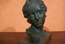 SCULTURA IN TERRACOTTA / Testa di ragazza in terracotta , francese, del primo '900. Misure cm. 27 x 15,5 h cm. 30