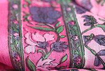 Foulard carré en soie / Porter, nouer et mettre un foulard carré en soie indienne ou naturelle. Wear a square scarf silk for man and woman, differents ways to tie a square silk scarf and scarves. Pleins d'idées de looks avec des foulards et écharpes en soie de forme carré.