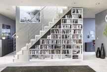 Treppe zur Dachterrasse mit Bücherregal