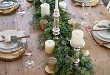 Weihnachten Tischdeko / Ein schön geschmückter Tisch an Weihnachten wirkt einladend und man möchte am Liebsten nicht mehr aufstehen.