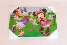 Minnie Mouse-Daisy Duck / Η Νταίζη Ντακ είναι χαρακτήρας της Ντίσνεϋ. Eίναι η αρραβωνιαστικιά του Ντόναλντ και η καλύτερη φίλη της Μίνι Μάους. Είναι δυναμική και συγχρόνως ρομαντική και ευαίσθητη. Η Νταίζη λατρεύει την κοινωνική ζωή και ντύνεται πάντα με την τελευταία λέξη της μόδας. Η Μίνι Μάους συγκαταλέγεται στους πιο δημοφιλείς χαρακτήρες της Disney. Η πρώτη συνάντηση της Μίνι με το κοινό έγινε την ίδια μέρα που έκανε το ντεμπούτο του ο Μίκυ Μάους, ο αρραβωνιαστικός της, στις 18 Νοεμβρίου 1928.