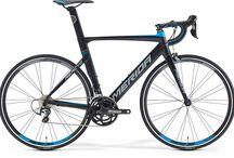 MERIDA Reacto / Országúti aero / triatlon versenyzés   A lehető legkisebb légellenállással rendelkezik, és a legjobb pozíciót biztosítja kerékpárosa számára. A TEAM LAMPRE–MERIDA versenykerékpárjaként a REACTO–nak alapvető feladata, hogy villámgyors utasa minden leadott wattját értékes másodpercekké és méterekké alakítsa. Ennek érdekében a REACTO–t felvértezték többek között Flip–Flop Head, S–Flex, Integrated Clamp, NACA Fastback technológiákkal.