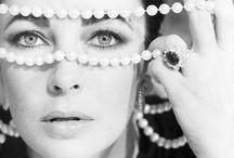 Los Clásicos Nunca Mueren / Todas tenemos un collar de perlas que heredamos de la abuela, o una cadena de oro que nos regaló nuestra madre. No importa cuánto tiempo pase, la joyería clásica sigue siendo usada por muchas chicas. Es por eso que en nuestro blog te mostramos cómo combinar correctamente este estilo: https://tendenciasjoyeria.com/los-clasicos-nunca-mueren/