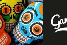 COLLECTION TETMEX / Inspirée par les calaveras – têtes de mort mexicaines - TETMEX est la première collection de la marque GANGZAÏ. Déclinée en trois modèles différents, la collection TEXTMEX propose des objets utilitaires pour la maison, tels que des coussins ou des plateaux, mais également des Téléphone cleaners, produits ludiques et utiles.