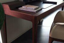 Zona studio minimal...firmata Porada e Tonin casa / Scrittoio modello Saffo interamente in noce canaletta con cassetti e zona iPad firmato Porada; poltroncina Mivida Tonin casa struttura tinto noce seduta in ecopelle beige.