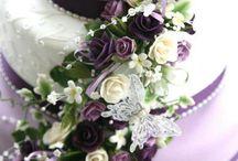 Bryllupskake med lilla blomster