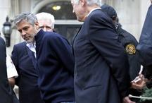 Problemas para Clooney / El actor lideraba una protesta frente a la embajada de Sudán en Washington cuando fue detenido junto a otros activistas. Más información: www.clarin.com