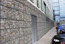 BETAFENCE: Gabionowy Urząd Pracy / Urząd Pracy w czeskim Brnie obłożono do wysokości 3 metrów koszami gabionowymi. Kamienne wypełnienie gabionów dodało budynkowi elegancji i atrakcyjności.