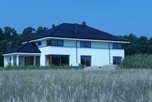 Projekt domu Willa z basenem / Projekt domu Willa z basenem to obszerna rezydencja dla rodziny cztero-sześcioosobowej. Dom składa się ze zwartej, jednopiętrowej bryły przekrytej czterospadowym dachem, oraz dobudowanych dwóch brył parterowych, przekrytych wielospadowymi dachami.