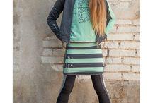Soft & Jolly winterseizoen 2017 / Dit merk onderscheidt zich door het subtiele, girly uiterlijk en een zachter kleurenpalet! Maar ook door wijdere shape in rokjes en jurkjes die de collectie een wat subtieler en girly-achtig uiterlijk geven. Naast de zachte jersey kwaliteit die we gewend zijn van Ninni Vi zijn er ook jurkjes, rokjes, fijn gebreide fancy vestjes en beenwarmers. De mooie details waar haar grote zus om bekend staat, staan bij Soft & Jolly hoog in het vaandel.