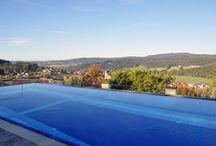 Dachpool / Auf unseren Dachdecks spielt sich eine andere Welt ab - unendliche Weiten. Inmitten dieser 360°-Panorama-Perspektive können die Gäste im ganzjährig beheizten Pool ausgiebiges Dachpooling betreiben. Übrigens: Der Birkenhof hat eine der weitesten Dach-Wellness-Landschaften Deutschlands!