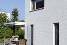 Brummelhuis | Beetje Ibiza in Brabant / Begrijpt u ons goed, wij kunnen enorm genieten van een chic herenhuis of een romantische boerderij maar… op zijn tijd is een friswitte, moderne schoonheid als de woning van Jessica en Marc de andere spijs die doet eten! Brummelhuis heeft blijkbaar geen moeite met welke bouwstijl dan ook dus wij laten ons dit moderne woonhuis met monumentale schoorsteen en open veranda goed smaken!
