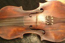 """Restauro di un violino / L'uso mirato del 10 10 CFS su strumenti nuovi o in restauro come questo antico violino, oltre ad altri strumenti, garantisce la perfetta integrazione del materiale con la tradizionalità del restauro che riconsegna lo strumento con un """"suono"""" che meraviglia il più fine intenditore.  Famosi strumenti storici, anche della Scala di Milano, hanno ricevuto nuova linfa nel rispetto della tradizione del restauro anche grazie al piccolo apporto del 10 10 CFS e dei suoi additivi. www.cecchi.it"""