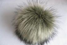 Fakefur, Bommel, Pompons / Fakefur Bommeln, Kunstfellbommeln in Tierfelloptik. Diese wunderschönen Bommeln sind von einem echten Tier kaum zu unterscheiden. Befestigt wird der Bommel mit einem Druckknopf.