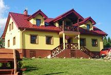 Mazurski Raj - Luksusowa Turystyka / Mazurski Raj - Luksusowa Turystyka to całoroczny dom z dwoma apartamentami 110m2 bezpośrednio nad jeziorem Czarna Kuta w Kutach koło Giżycka (18km) i Węgorzewa (14km). Każdy apartament jest na 10 osób, a cały dom na 20 osób.  Zapraszamy!