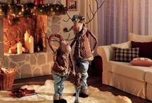 Trenduri in decoratiunile de iarna / Tonurile in trend se regasesc in multe decoratiuni, de la pernute decorative la lumanari in tonuri diverse de rosu, maro, mov, argintiu, alb dar si in clasicul auriu. Aceste culori nobile aduc atmosfera festiva in casa ta si confera fiecarui spatiu magia sarbatorilor.