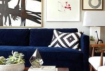 Kék sofa, fehér fal