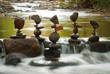 """Land Art / Mettere le pietre in equilibrio, nasce come forma di meditazione ZEN, oggi è conosciuta come una forma """"d'arte della terra"""" Land Art. Le pietre, rocce o ciottoli sono sovrapposte senza alcun ausilio, la gravità e l'equilibrio trovato sono le uniche condizioni accettate."""
