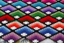 Разноцветные вязанные покрывала
