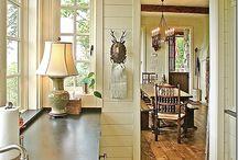Padló burkolatok / Flooring / Beltér: tömörfa szobákban / cemenlap előszobában és fürdőkben Terasz: kő vagy bontott tégla