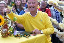 Zomer in Gld / Ik mag Jurylid zijn in het programma 'Zomer in Gelderland' dat gepresenteerd wordt door Angélique Krüger, waarin 20 Gelderse dorpen in de maand augustus strijden om de titel 'mooiste plek van Gelderland'. Ik doe dit in 2016 voor de derde keer, 20 uitzendingen op alle weekdagen in augustus.