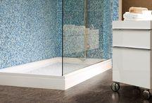 Fürdőszobai melegburkolatok / Melegburkolat a fürdőszobába? Igen! Az Aqua-step vízálló laminált padlót nyugodt szívvel letehetjük a vizes helyiségekbe, hiszen tökéletesen ellenáll víznek, nedvességnek vagy akár párának is. Az Aqua-Step kiváló minőségű szintetikus gyantából készül, környezetbarát termék.