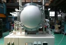 ホットプレス機 / ファインセラミックや新素材の研究開発用。 本装置は、プレス機構を装備した雰囲気チャンバー内に加熱機構を設け種々の材料を高温雰囲気内でプレス焼成する事を目的とします。