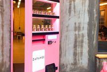 カフェ アイデア系 / インスタ掲載=話題性を目的としたカフェプランイメージ カフェでくつろぐ姿がインスタ映え→お客がディスプレイの一部に