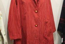 伊藤和子・牧江洋子・鈴有美子 / 10月29日(水)~11月3日(月) 「おしゃれに楽しむ 着物でリフォーム2人展」     伊藤和子・牧江洋子   箪笥に眠る着物、羽織、帯。眠らせておくのはもったい ない。気軽に着れるブラウス、チュニック、コート等  を作りました。体型を気にせず着れるデザインも多い。  1着しかない特別のお気に入りをみつけてください。