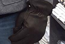 guanti giglio fiorentino uomo&donna / Artigiani da generazioni Sono più di 50 anni che la ditta Guanti Giglio Fiorentino realizza guanti in pelle in maniera totalmente artigianale. La ricerca dei migliori pellami ed un attenta visione alle tendenze dell'alta moda ha permesso di consolidare i rapporti con le grandi aziende italiane ed internazionali