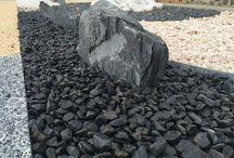 Jardín con piedras de canto rodado