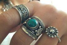 Pulseras y anillos hermosos