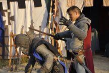 """Deschiderea oficială a celei de-a VII-a ediţii a Festivalului de Artă Medievală """"Ştefan cel Mare"""" / Ediția 2013 a Festivalului de Artă Medievală a debutat vineri, 16 august, în Cetatea de Scaun a Sucevei. A fost animație mare în Cetate chiar din prima zi a Festivalului. Cei prezenți au putut participa la turniruri, prezentări de arme, dansuri medievale și tir cu arcul, jocuri și scenete medievale, demonstrații de luptă și jonglerii cu steaguri."""