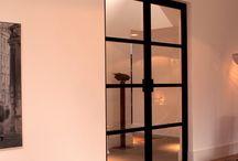Haarlem: stalen deuren met maatwerk handgrepen / In Haarlem hebben we een stijlvol stalen binnendeuren project mogen uitvoeren met handgrepen naar idee en ontwerp van onze klant. De dubbele stalen binnendeur en de twee enkele deuren kregen allen een handgreep gemaakt uit een hoekprofiel.