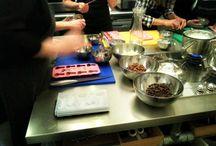 GrachtenAtelier Erotische Bonbon Workshop / Ga tijdens deze workshop aan de slag met het creëren van heerlijke bonbons met een erotisch tintje. Lekker 'spelen' met gesmolten chocolade en spannende vullingen om ze vervolgens in een erotisch getinte bakvorm te gieten en ze te laten 'opstijven' in de koelkast.