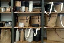 TATADÚ / TATADÚ es un proyecto que apuesta por la naturaleza, el reciclado y el respeto a la tierra, podríamos elaborar bolsos con tela, piel, plástico u otros materiales, pero, escogemos la fibra de celulosa, un material natural, lavable, respetuoso con el medio ambiente, reciclable, resistente, limpio y libre de cualquier sustancia nociva. Nos gusta trabajar con ella. Todos nuestros artículos son elaborados íntegramente a mano en nuestro taller de Sant Pere de Ribes (Barcelona).