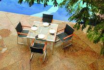 Linha Cocalán / A linha Cocalán é composta por conjunto de mesa (quadrada e retangular) e cadeiras, banquetas, espreguiçadeira e mesa de apoio. A leveza da tela sling com o requinte dos detalhes em madeira, confere as peças da Cocalán um design arrojado e harmonioso.