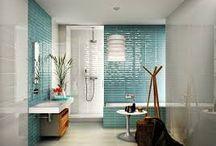 Banheiros / Aqui tem uma seleção de banheiros com revestimentos que deixam o ambiente aconchegante.