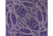 ジャガード織りタオル / ヨコ糸に対してタテ糸とパイル糸を上下させてタオル生地を織り上げて柄を表現する タオル織りを称してジャガード織りタオルとここでは称しています。 細かく機械の種類や織り方などにより相違しますが、タオルを織る前に糸を染めて染め上げた糸を2色以上使用し、 複雑なデザインをパイルの表面に表現していきます。表面と裏面は糸の使いが分けられているため、 色柄が反転する2色毛違いジャガードはとても高級感があります。