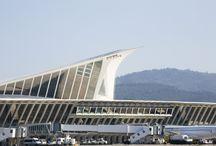 Aeropuerto de Bilbao / El aeropuerto de Bilbao es una de las expresiones más destacadas de la renovación y nueva pujanza de la ciudad de Bilbao. Se encuentra a 12 kilómetros de la capital vizcaína, en el término municipal de Loiu.
