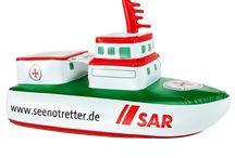 """Lüttje Seenotretter / """"Wenn ich groß bin, werde ich Seenotretter!"""" Für die Zwischenzeit bieten wir für die """"Lüttjen Seenotretter"""" unverzichtbare Strandausrüstung und schöne Klamotten an."""