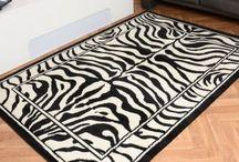 Animalprint für die Wohnung / Teppiche mit Tiermuster schaffen eine besondere Atmosphäre im Raum. Aber auch andere Dekoelemente mit tierischem Ausehen machen sich gut in einer stylischen Wohnung