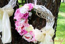 Svadobné venčeky / Dekorujem svadobné venčeky na zavesenie. Venčeky nemusia byť len svadobné, robia ich tým drevené nápisy z našej laserovej dielne : Žením sa a Vydávam sa. Na zavesenie na dvere domu môžeme dať drevený nápis Vitajte :)