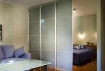 Tilanjakajat / Olohuoneesta keittiöksi, makuuhuoneesta työhuoneeksi. Moderni ja toimiva tapa huonetilan jakamiseen on tilanjakaja. Tilanjakajalla muunnat huonetiloja tilanteen ja käytön mukaan. Inaria-tilanjako-ovi sopii välioveksi tilaan, jossa kääntyvä ovi on epäkäytännöllinen. tilanjako-ovi on kaksipuolinen ja voit valita kummallekin puolelle mieleisesi materiaalit.