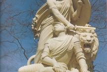 Geschiedenis van Nederland in een selectie van monumenten. / Nederland heeft niet de naam over grote nationale monumenten te beschikken. Maar ondertussen staan er over het hele land verspreid toch heel wat monumenten die gaan over heroische momenten in onze historie. Velen zijn opgericht toen herijking van nationale en culturele identiteit in het kader van natievorming na de Afscheiding van Belgie (1839) nodig werd gevonden. Een - soms verrassende - selectie.