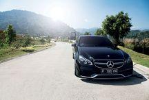 Mercedes-Benz E63 AMG, Carvaganza Magazine #3 / Kepala Anda dijamin terlontar ke belakang ketika melakukan sprint 0-100km/jam dengan Mercedes-Benz E63 AMG. Gripnya di tikungan mencengkeram. Ekstra stabil ketika menikungis, kemudian menyambut apex dan keluar di tikungan ketika Anda sesegera mungkin menekan throttle. Suara deruman knalpotnya bak musik metal yang mengiringi setiap input setir atau pun injakan kaki di pedal rem maupun gas. http://carvaganza.com/2015/09/14/full-attack/
