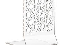 Fermalibro da mensola in plexiglass Babylon Book – LuceSolida / Pratico e ricco di fascino aggiunge dettagli al vostro ambiente. L'esclusivo motivo intagliato moltiplica i riflessi e accentua la brillantezza e le sfumature che la luce elabora sulla sua superficie. http://lucesolida.com/