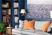 Væg med bogkasser i samme farve