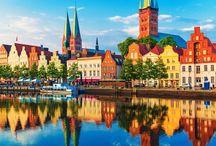 Germania: il fascino del nord / Il nord della Germania riserva bellezze sorprendenti. Raggiungi i Länder della Bassa Sassonia, dello Schleswing-Holstein e del Meclemburgo. Vivi esperienze uniche nelle tre grandi città di Brema, Amburgo e Lubecca. Approda sulla romantica isola di Rügen.